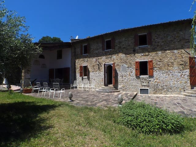 L'ulivo d'argento, antica casa in pietra nel verde