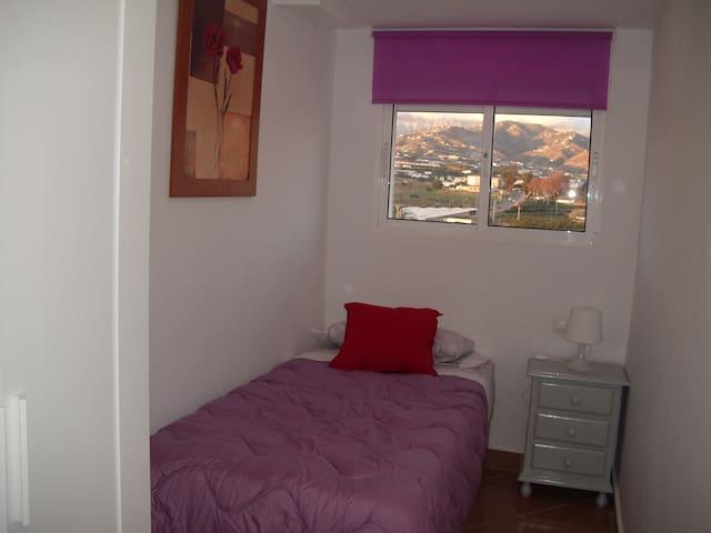 Segundo dormitorio, con vistas a la montaña.