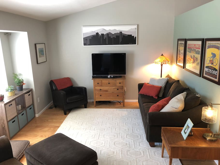 Bright, open comfortable main level living room with vaulted ceilings, comfortable furniture and cable TV