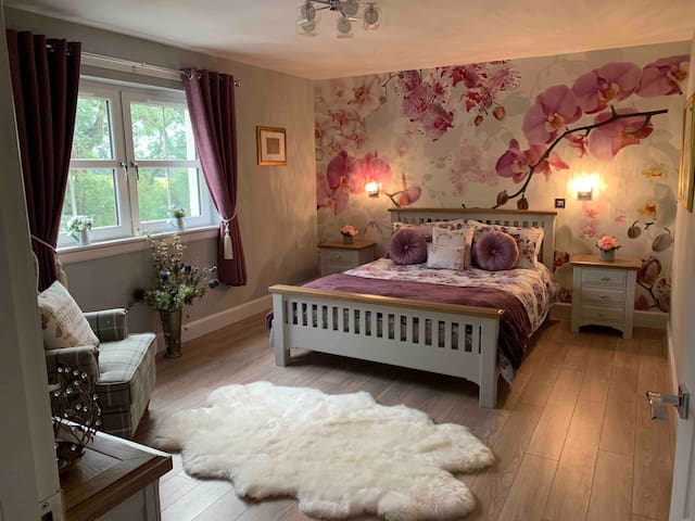 King size bedroom with dressing room and en-suite