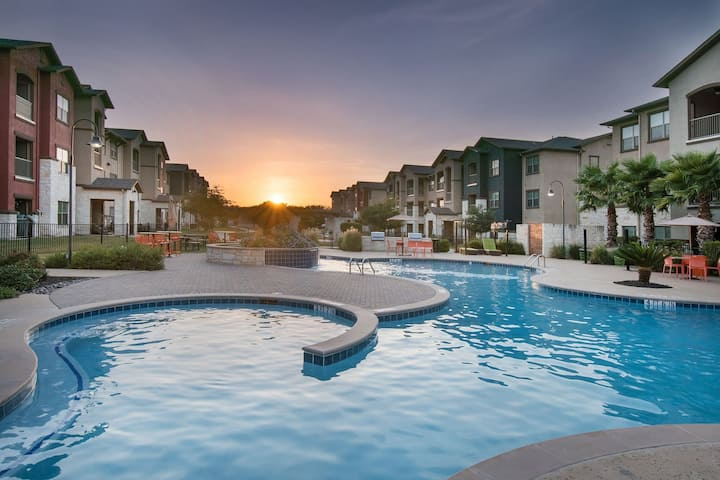 Luxury 2BR w/ pool, gym & more outside of Austin