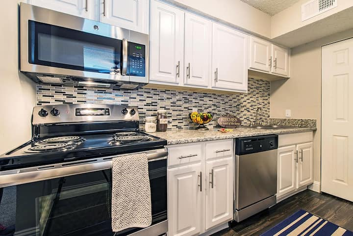 2BR oasis w/ pool, gym and more in Grapevine