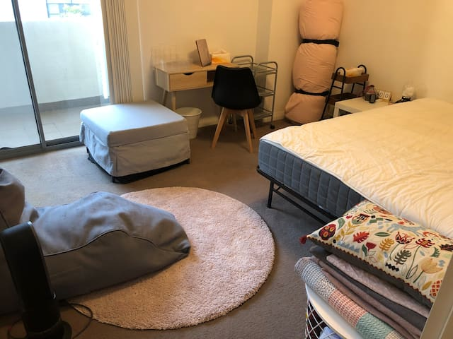 Great room in loft apartment near Mascot station
