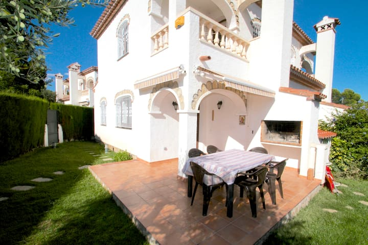 House with a large communal swimming pool 2 - Miami Platja - Casa
