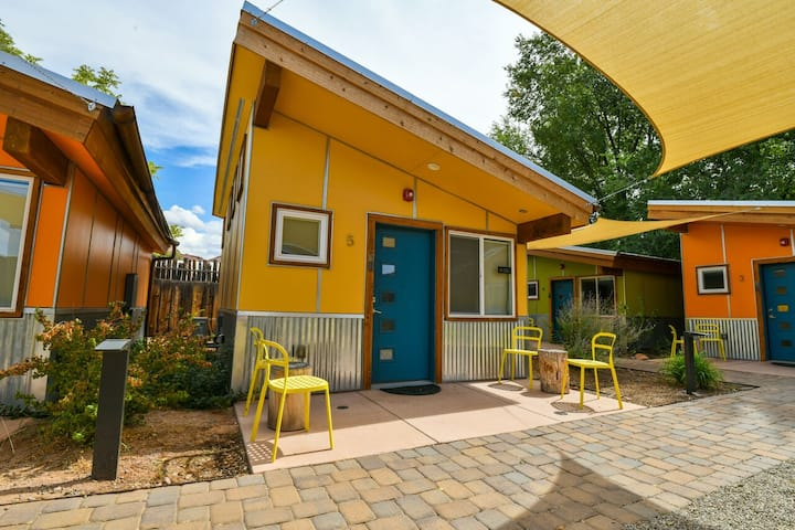 West 5 - Cozy Cabin in the heart of downtown with shared hot tub & grill
