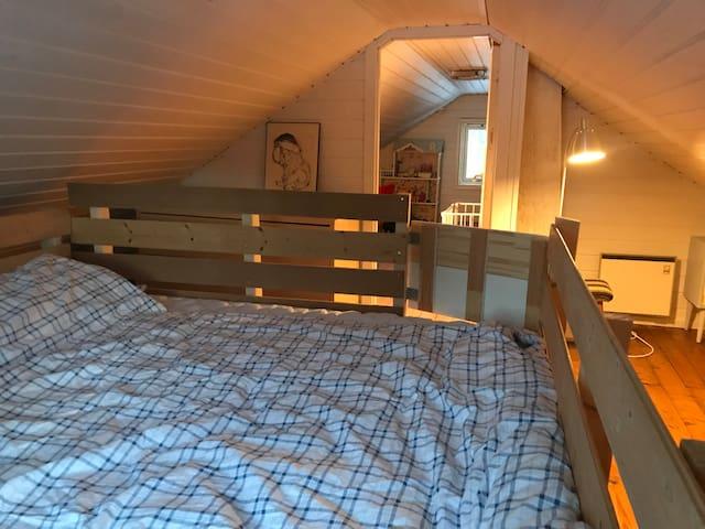 Soverom på loftet. Stor nesten ny dobbeltseng av god kvalitet! Sengen er innegjerdet slik at små barn kan sove der uten å ramle ut. Perfekt for samsoving.