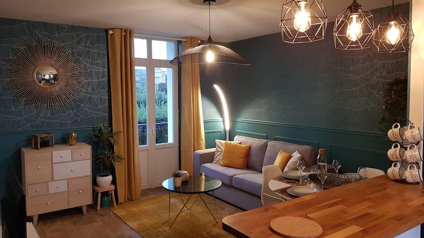 L'appartement est un T2 de 40m² environ qui vient d'être rénové et redécoré avec soin