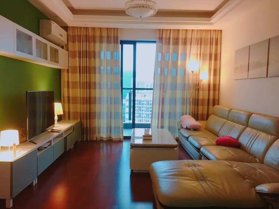 有沙发,超大彩电,温馨家居的客厅 We have a comfy sofa, a big TV and other furnitures