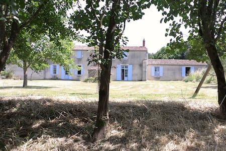 Vaste maison en cours de rénovation. 20 personnes - Saint-Cyr-en-Talmondais