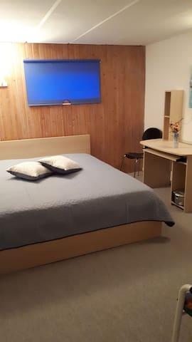 Roligt værelse nær strand - egen indgang og bad