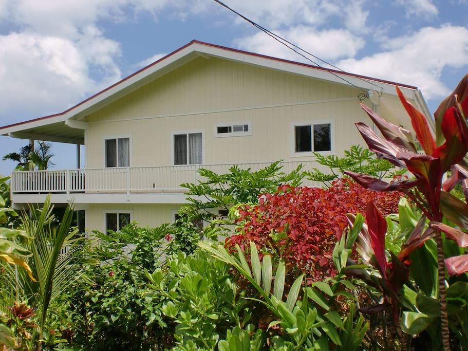 Beautiful home in peaceful neighborhood overlooking the Kona Coast