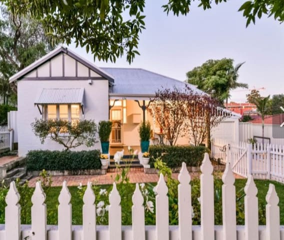 Beautiful Inner City Cottage - walk to Cafes!
