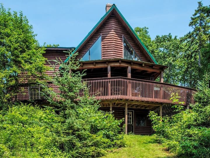 Stunning, Spacious Log Cabin in the Woods