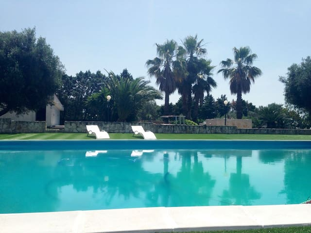 Meravigliosa villa nel verde con ampia piscina