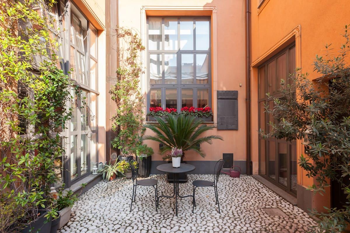 Chic Retro Fashion Loft with Courtyard