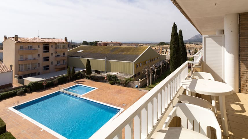 Apartment with swimming pool 10 min from the beach