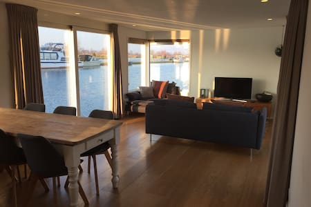 Lake view houseboat in Vinkeveen!