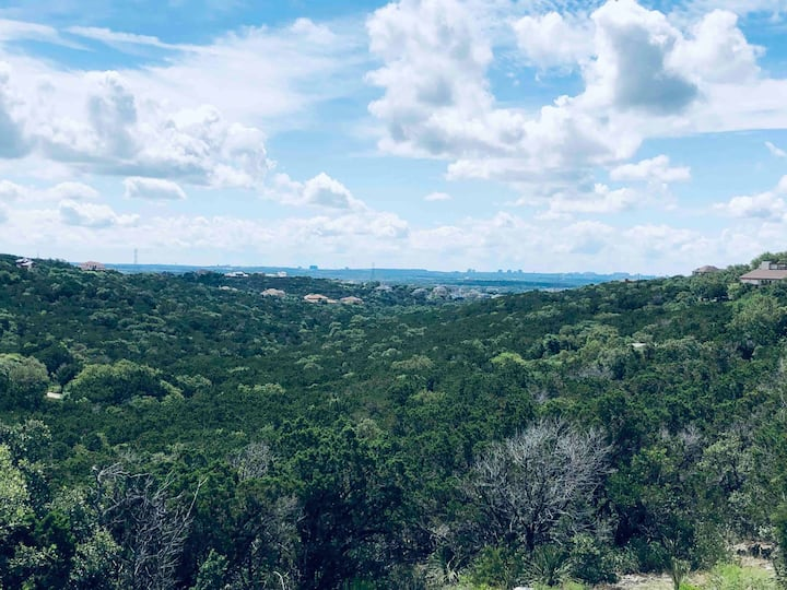 Hill country retreat minutes away from the city