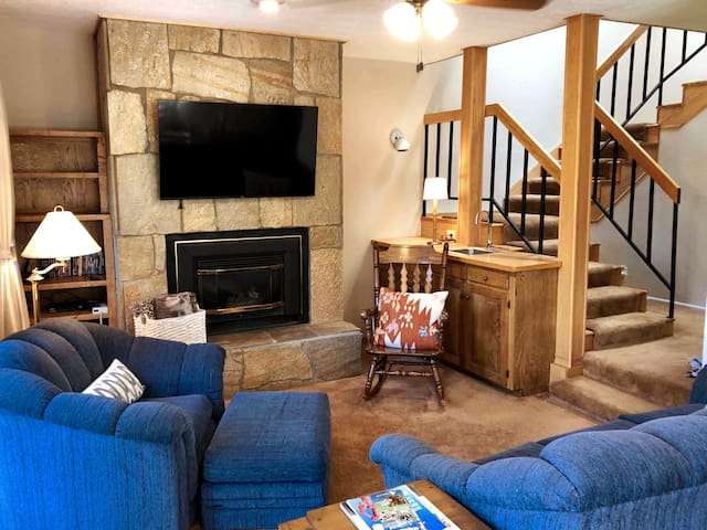 NEW LISTING - Windswept Lodge, walk to ski lift!