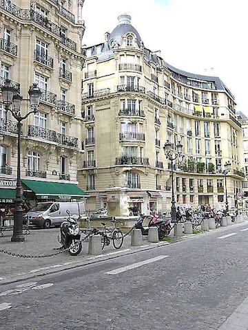 This apartment is located rue Saint Jacques in the heart of the 5th arrondissement.