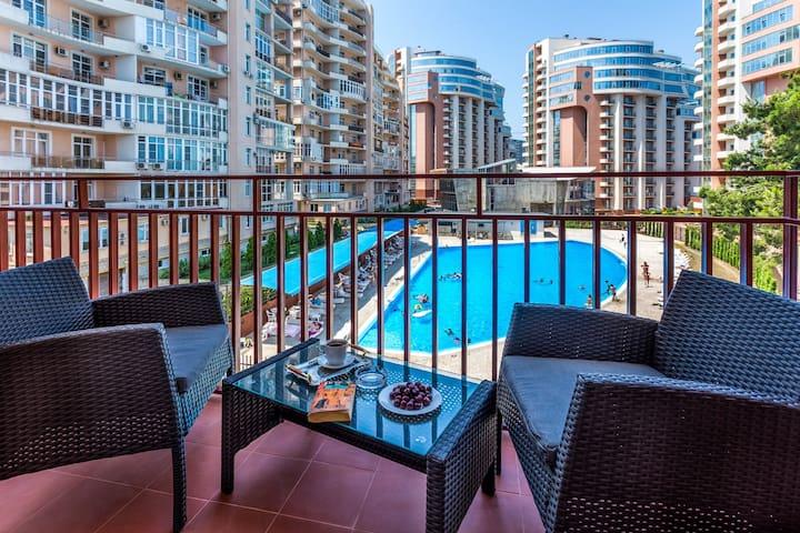 Апартаменты у моря с балконом на бассейн
