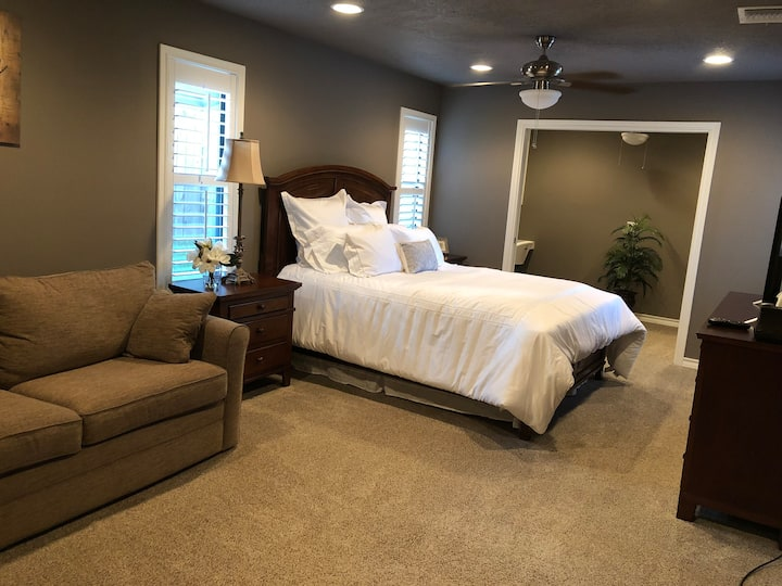 The Magnolia Rm-Large Room w/study & sleeper couch