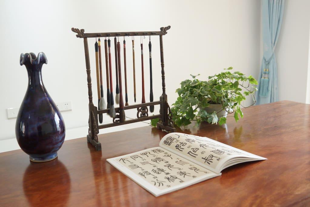 大木桌上写写字 ,看看书,十分享受!