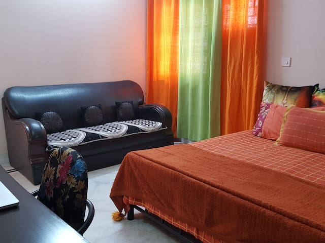 Suite room with private bath & terrace in a duplex - New Delhi - Huoneisto
