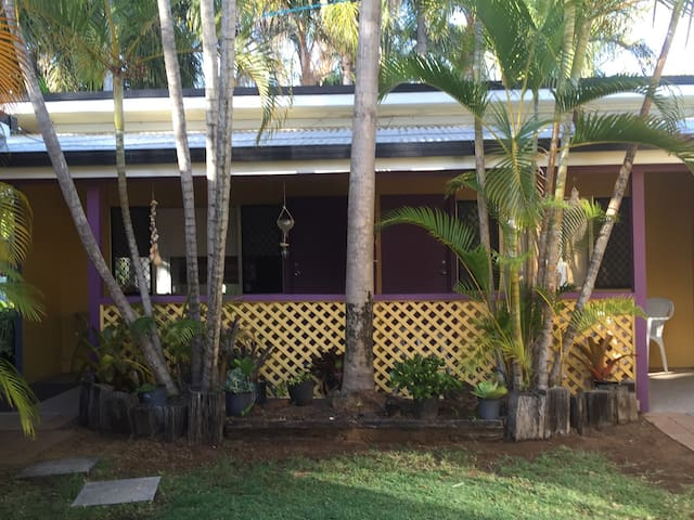 Tropical haven with balcony - Bargara - Hytte