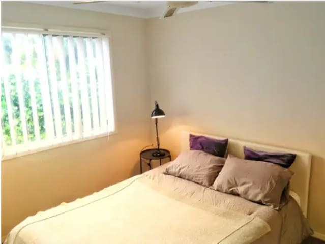 Cozy Sunlit room near Surfers, Broadwaters, beach
