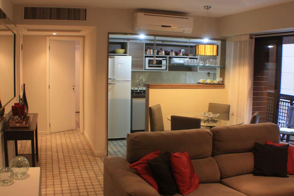 Sala - Tv a cabo, mesa de jantar para 4 pessoas, varanda com cadeiras. // Living room - AC, TV and dinning table.