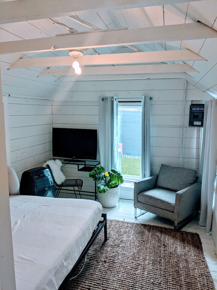Charming, remodeled back house w/ private entrance
