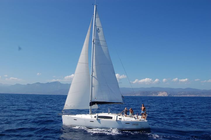 Modern & comfortable sailboat - Bella senza anima