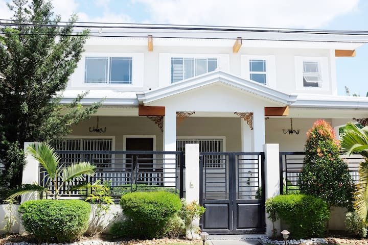 Quiet second floor of home, with airport transfers - Angeles - House