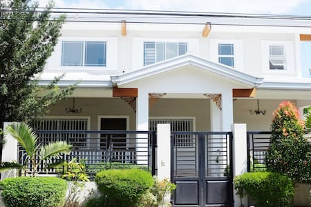 Quiet second floor of home, with airport transfers - Angeles - Haus