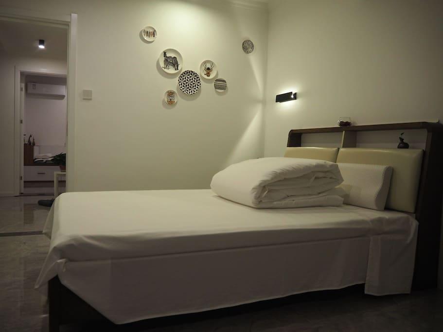 环保双人床+记忆枕+裸睡级贡缎床品