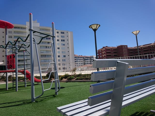 el edificio cuenta con varias banquitas para sentarse a disfrutar la vista