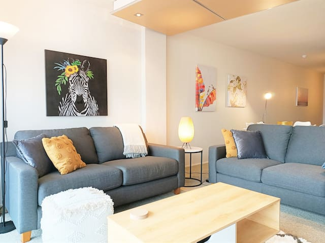 ♥ of the city with parking, gym/pool + netflix
