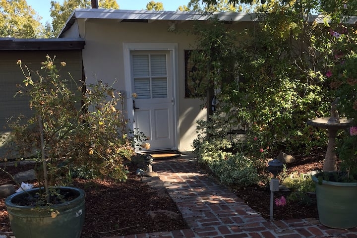 One bedroom cottage close to downtown!