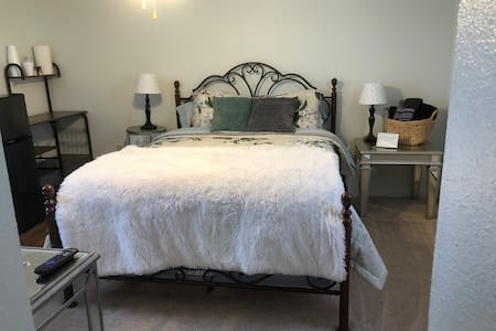 A/C unit, W/D, queen bed Private entrance Portales