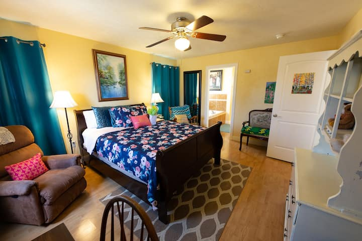 Comfy Bed & Breakfast/StayCation 3 -Mastersuite!