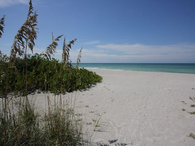 Seaside Paradise: 3 BR / 2.5 BA House on Longboat Key by RVA, Sleeps 6
