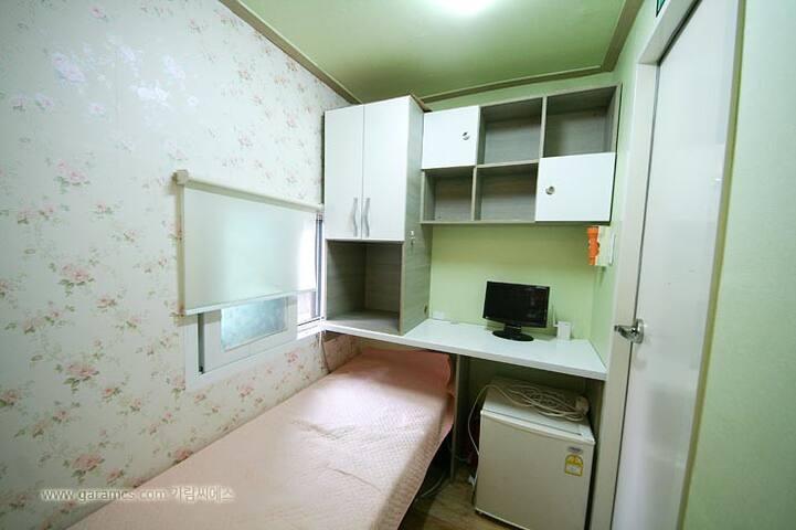 원룸타입 - 싱글침대, 개인화장실, 책상, 미니냉장고 등