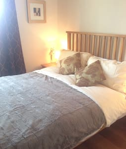 5* cosy central Cheltenham. 2 floors, king bed. - Cheltenham