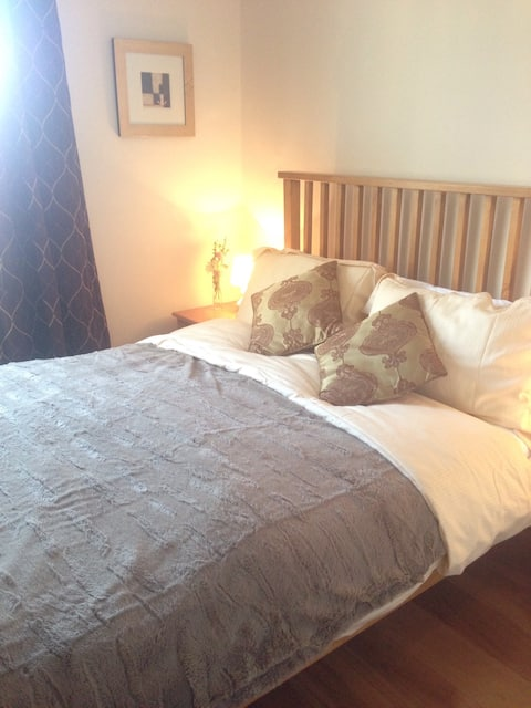 5* cosy central flat. 2 floors, king bed, parking