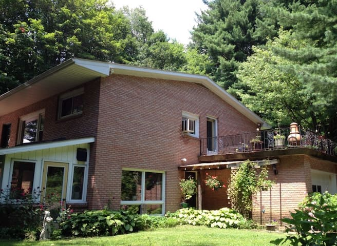 Peaceful, secluded, hill house. - Loudonville - Huis