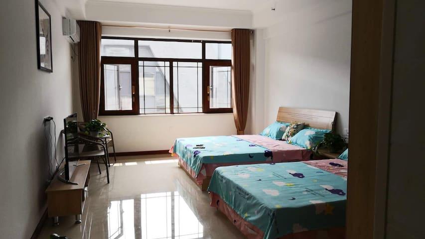 自家的公寓,装修风格基本就是家的感觉,没有很豪华,但是很舒服。