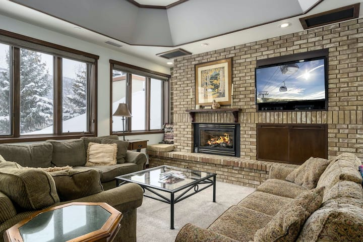 Ultimate mountain penthouse w/ shared hot tub, fitness, pool & winter shuttle!