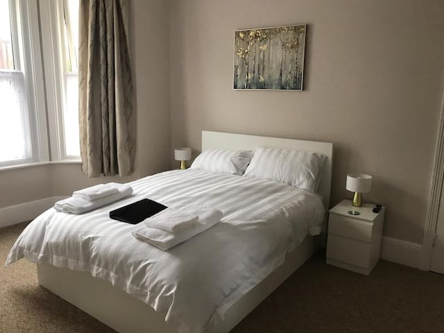 Large double room inc kitchen, WiFi, Parking