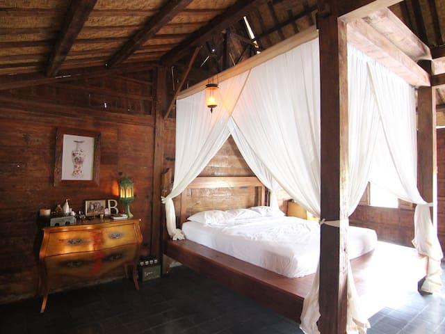 Huge Bedroom beautiful vintage home pool & kitchen